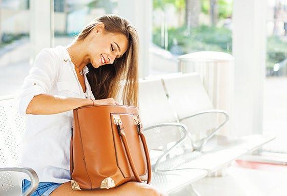 Afinal, o que levas as mulheres na carteira?