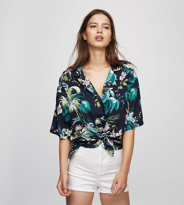 Vuelven las camisas hawaianas: las flores inundan el street style