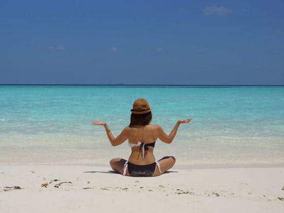 5 posturas de yoga fáciles para hacer en la playa
