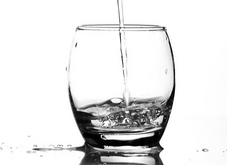 Descubre los beneficios de beber agua fría