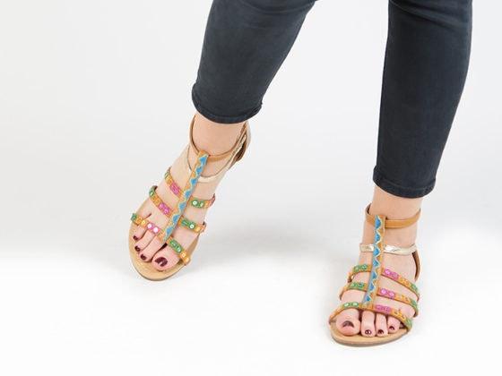 Combina tus pantalones vaqueros con sandalias romanas