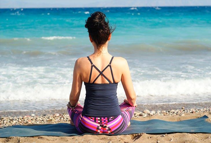 5 posturas de yoga fáciles para estirar por las mañanas