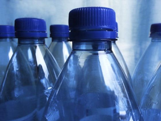 Razones por las que no debes rellenar botellas de plástico