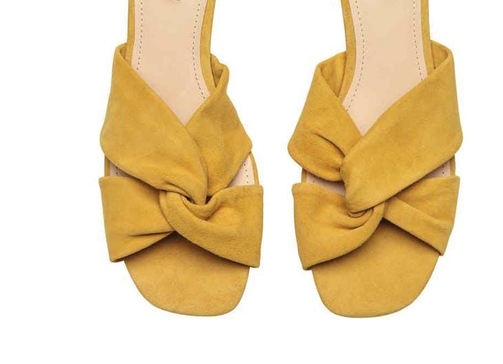 Combina las sandalias de tacón con tus vaqueros