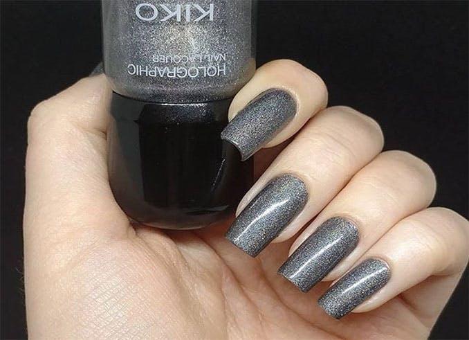 Tendencia de uñas metalizadas