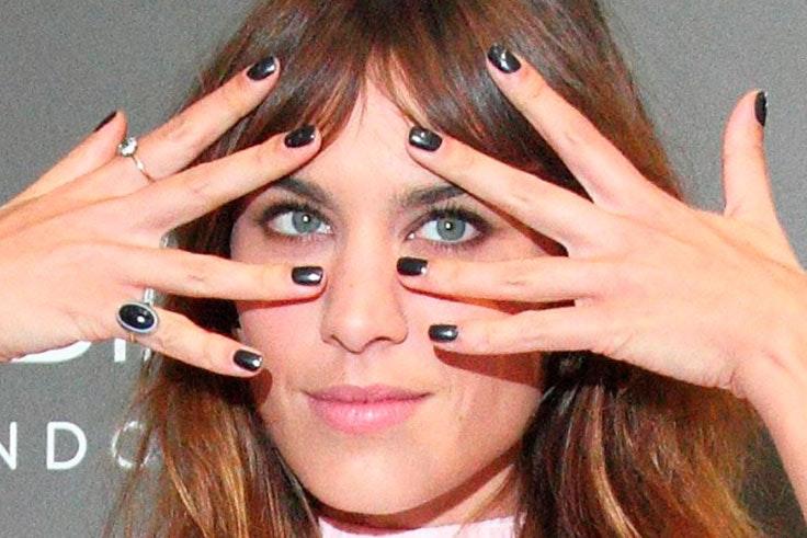 Uñas negras de Alexa Chung