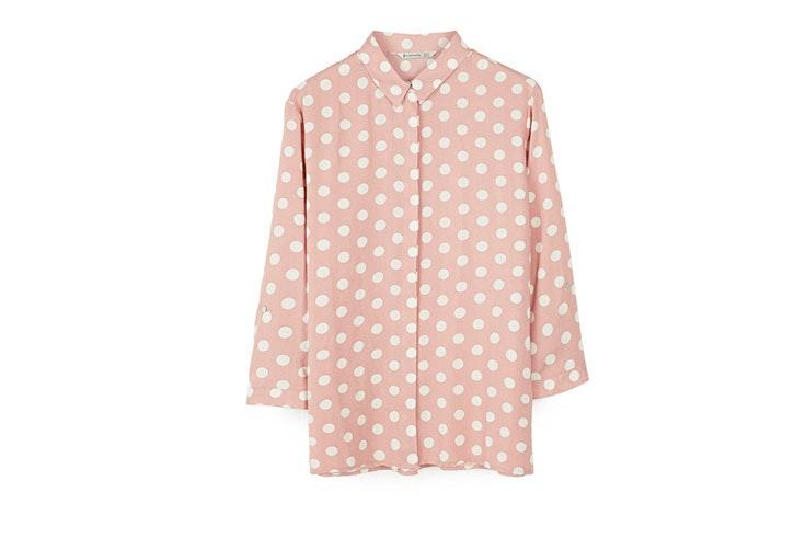 Tendencia de estampado lunares en camisas
