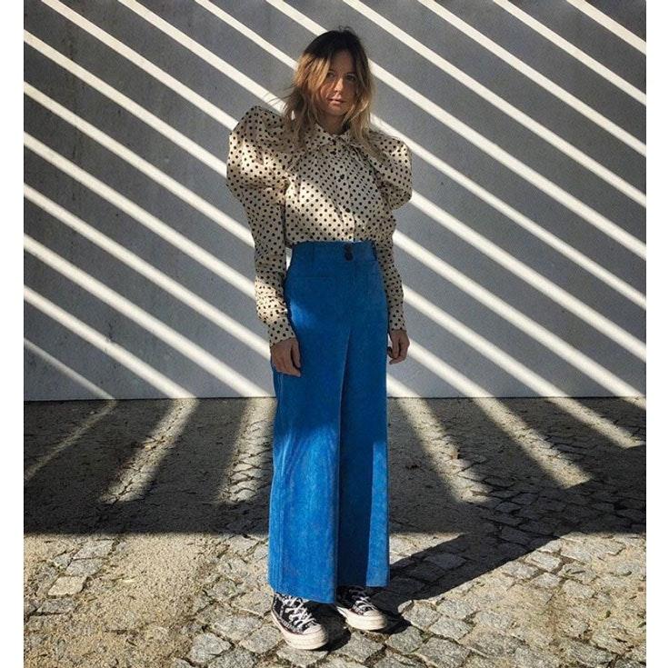 mafalda-patricio-estilo-conjunto-blusa-lunares-pantalon-azul