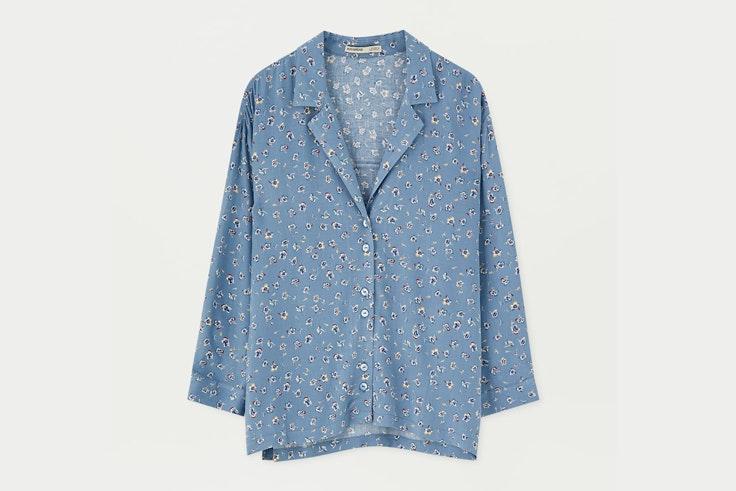 camisa-azul-estampado-flores-pull-and-bear