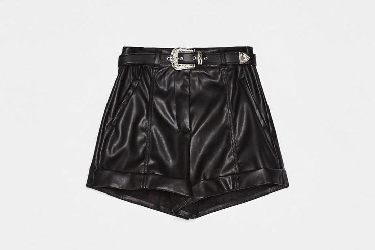 pantalon-corto-efecto-piel-cinturon-bershka