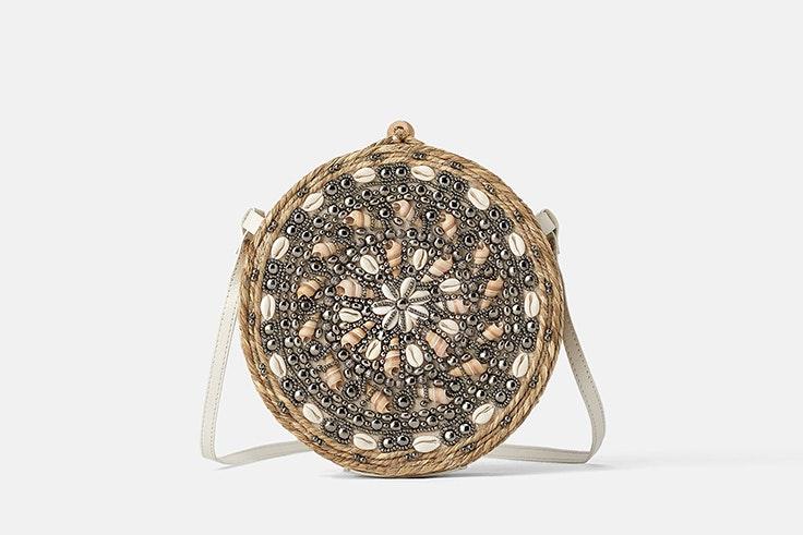 Bolso redondo con caracolas de Zara