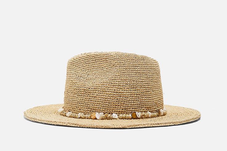 sombrero de rafia y caracolas de zara
