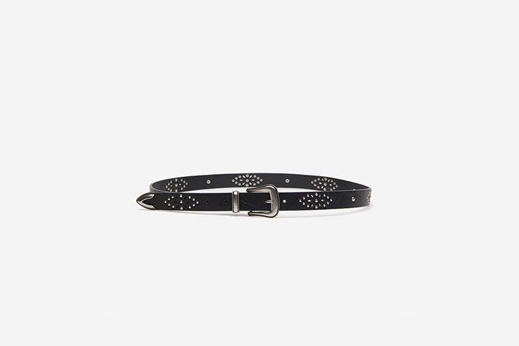 cinturon negro con hebilla plateada springfield el estilo de Mayte Gálvez