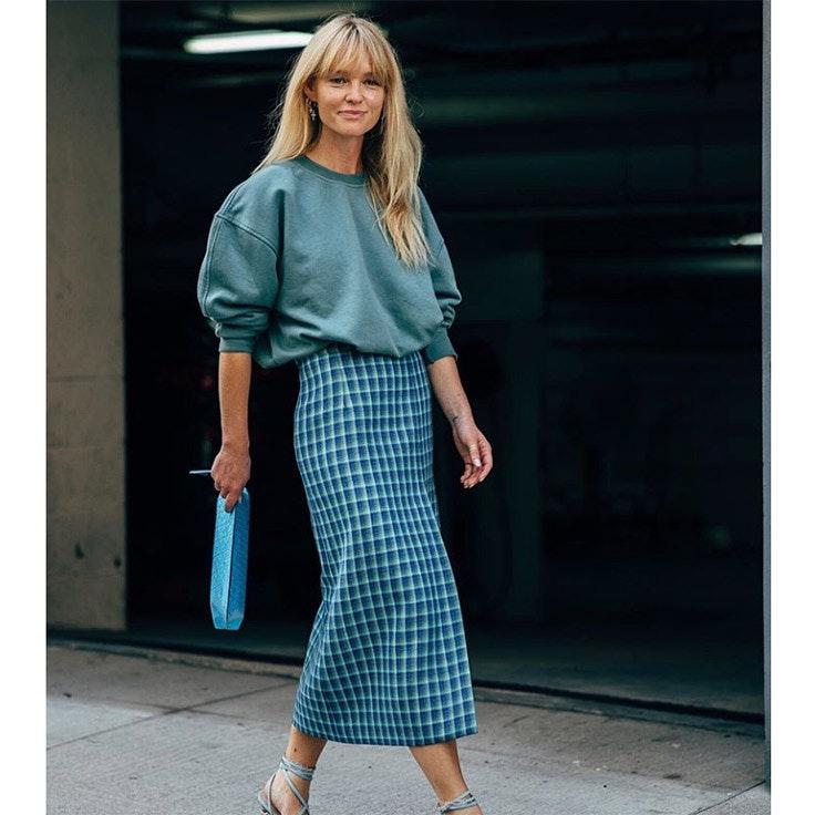 jeanette madsen estilo instagram faldas midi en color azul