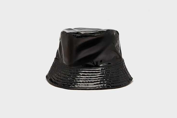 gorro bucket vinilo negro bershka Inma Soria