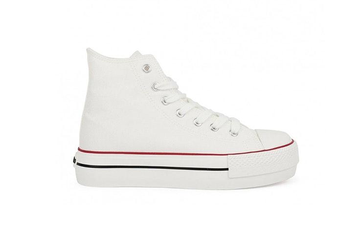 Zapatillas blancas con plataforma de Chika 10