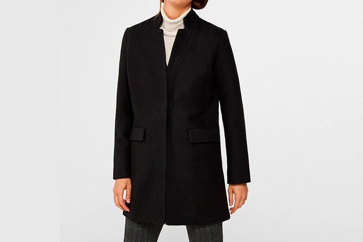 Abrigo corto de paño en color negro con cuello subido de Cortefiel