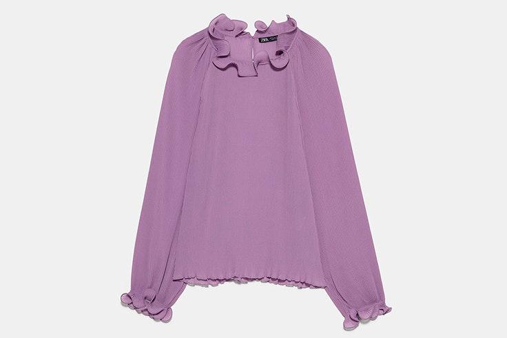 Blusa plisada con acabados de volantes de Zara