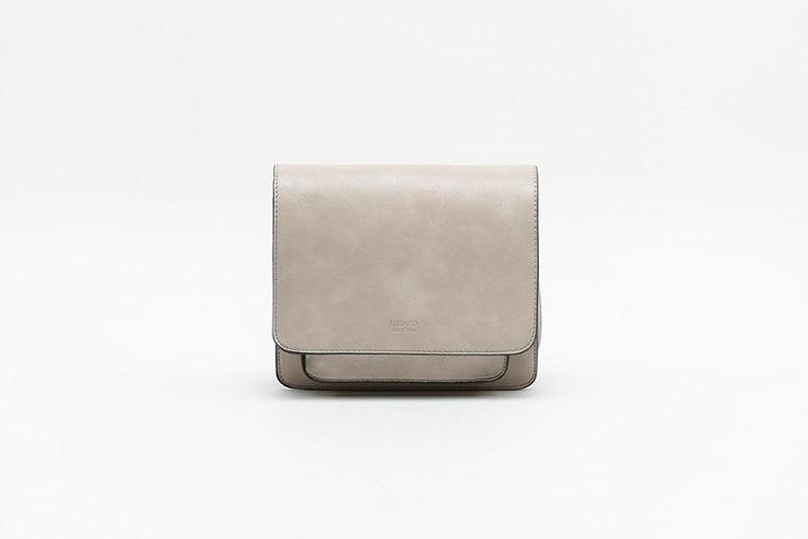 Bolso bandolera pequeño en color beige de Misako