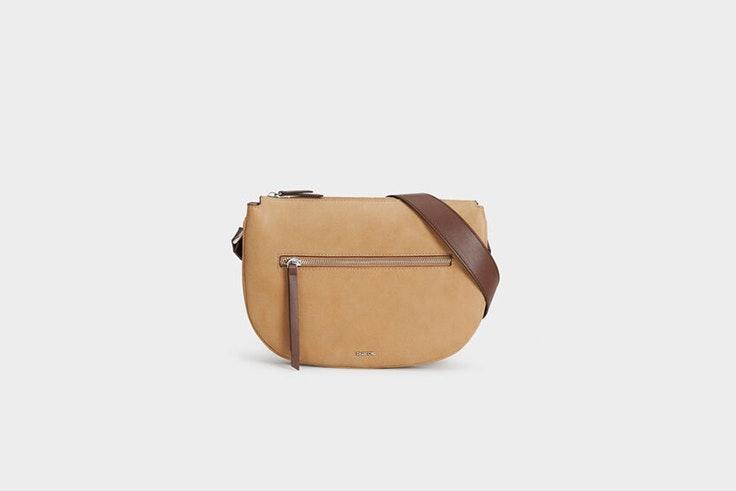 bolso bandolera con bolsillo exterior de Parfois Sara Escudero