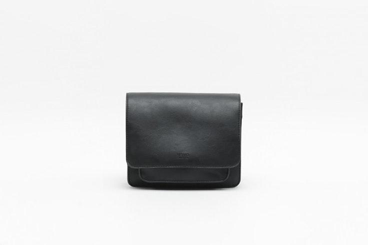 bolso bandolera pequeño color negro de Misako Olga Sicilia