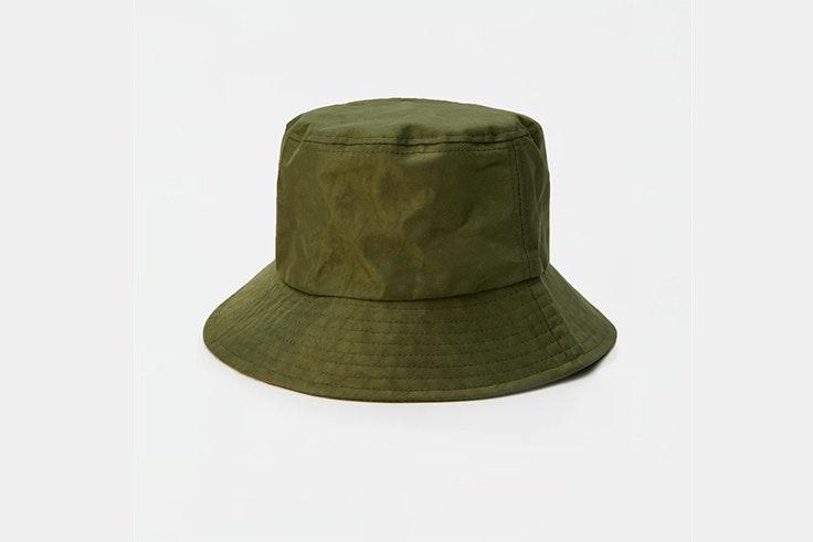 gorro bucket verde caqui pull and bear accesorios para el frío