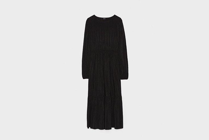 vestido negro plisado con manga abullonada de bershka total black