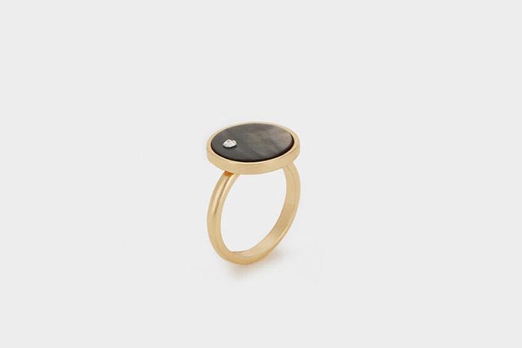 anillo negro y dorado de parfois María Fernández Rubíes