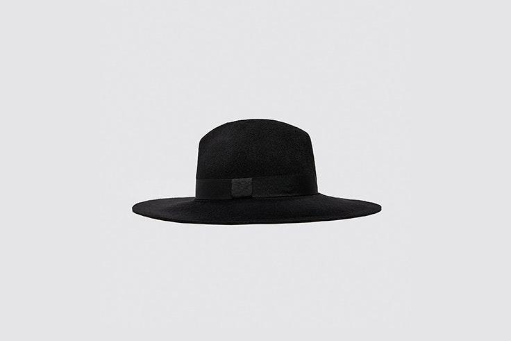 sombrero negro de lana y ala ancha de zara María Fernández Rubíes