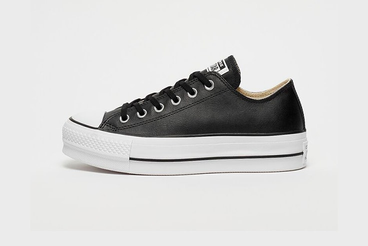 Zapatillas negras de cuero negro con plataforma de Converse. Disponibles en Snipes