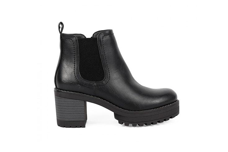 Botín negro de tacón ancho disponible en la zapatería Chika 10