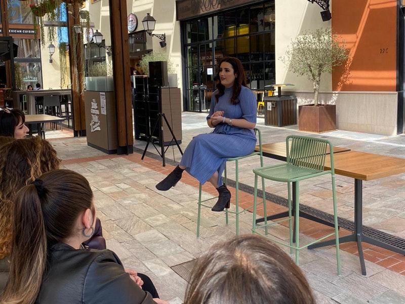 Marina Llorca en su charla en patio gourmet de Plaza Mayor