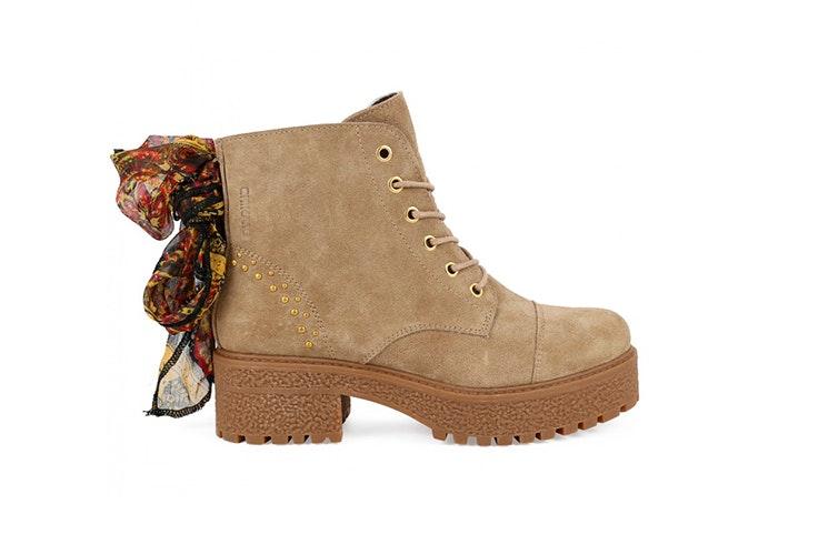 Zapatillas tipo botín en color beige de la zapatería Chika 10