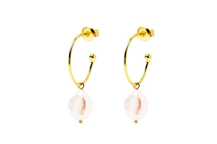 accesorios para verano Pendientes dorados con perlas de Singularu