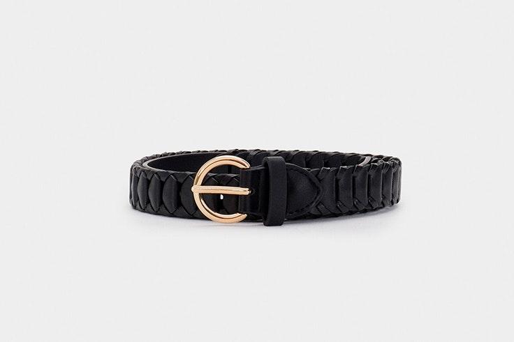 Cinturón negro con hebilla dorada de Parfois
