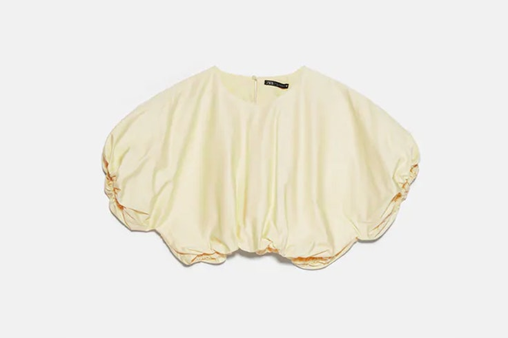 Top con volumen en color amarillo pastel de Zara