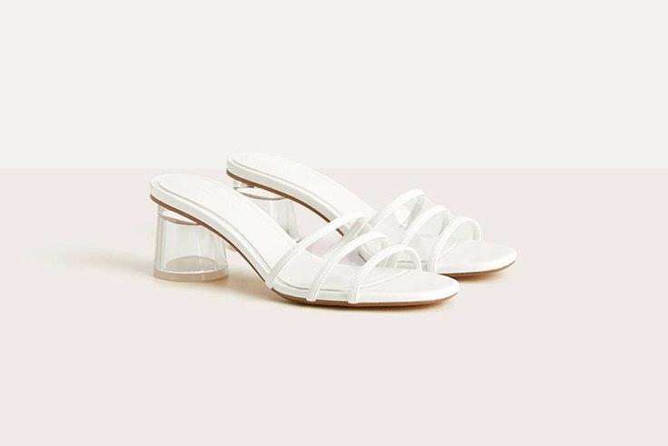 Sandalias de vinilo con ligero tacón en color blanco de bershka verano 2020