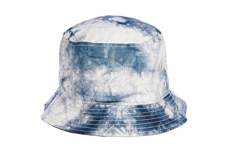 novedades jack and jones verano 2020 Bucket hat con estampado tie dye en color azul