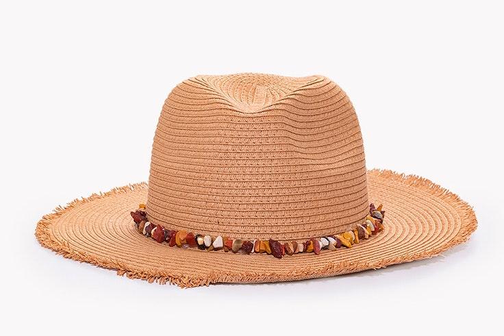 Sombrero de rafia y detalle de perlas de Paco Marinez