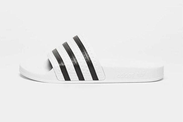 Chanclas blancas a rayas de Adidas. Disponibles en Snipes