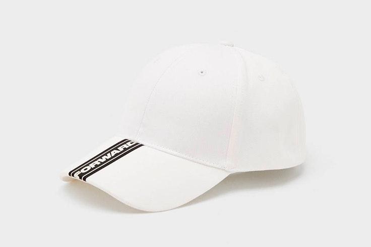 Gorra en color blanco de Bershka