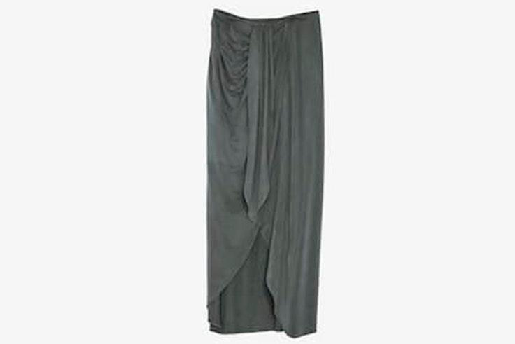 Falda gris de cupro con detalle de nuda lateral de Massimo Dutti