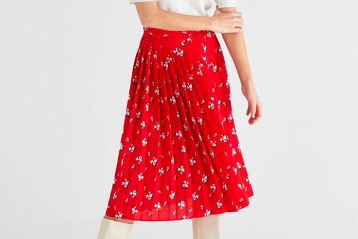 Falda plisada en color rojo con estampado de flores de Cortefiel
