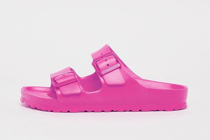 Chanclas en color fucsia de Birkenstock. Disponibles en Snipes.