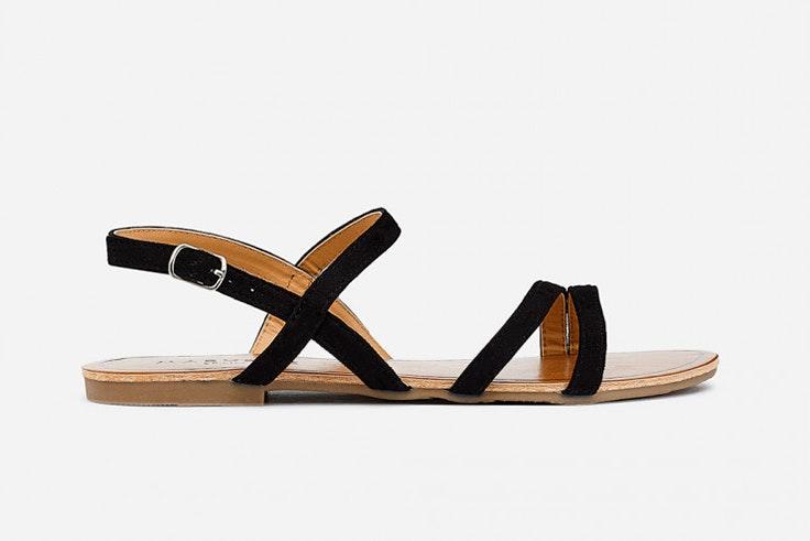Sandalia plana de tiras en color negro de Marypaz