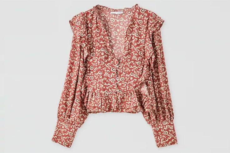 Blusa con estampado de flores y volantes en color granate de Pull & Bear