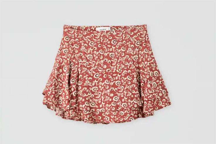 falda pantalón con estampado de flores y volantes en color granate de Pull & Bear