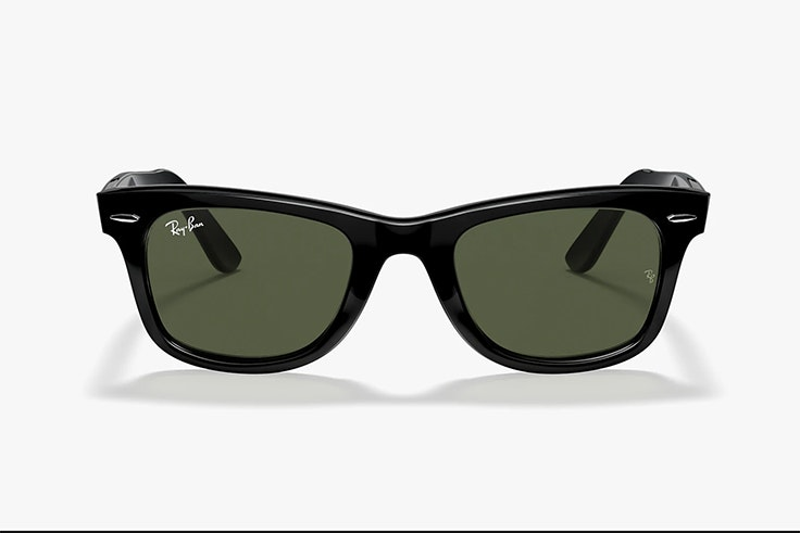 Gafas de sol wayfarer en color negro de Ray Ban. Disponibles en Sunglass Hut