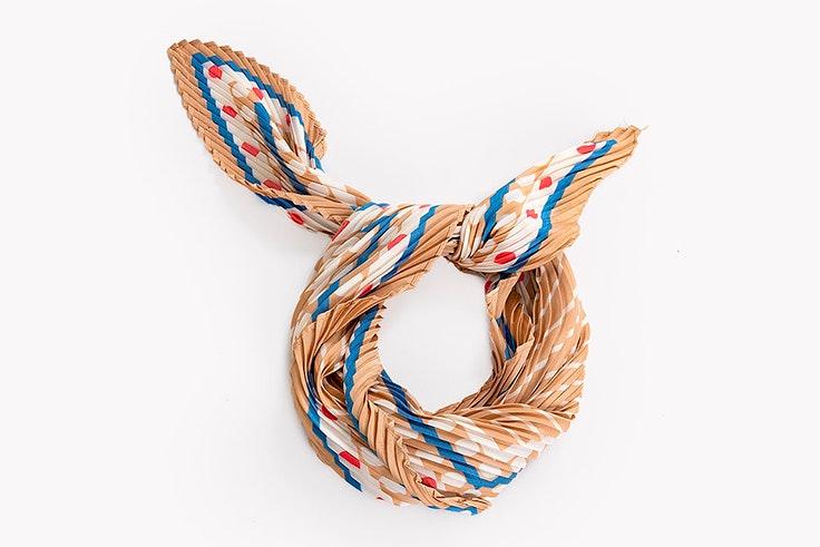 Pañuelo estampado y plisado de Paco Martínez accesorios de otoño