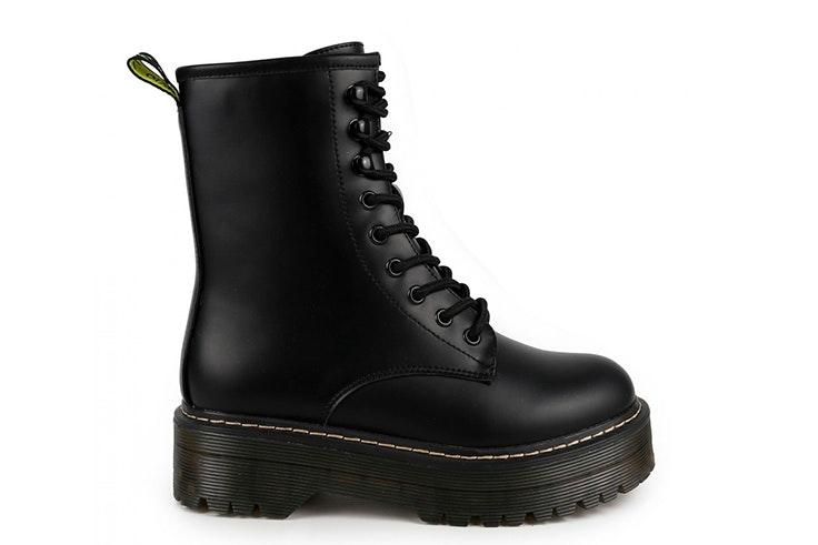 Botas negras con plataforma. Disponibles en la zapatería Chika 10